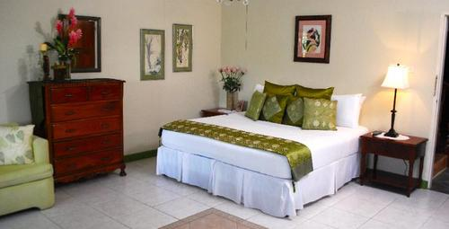 The Humming Bird Family Room - The Blue House Boutique Bed & Breakfast